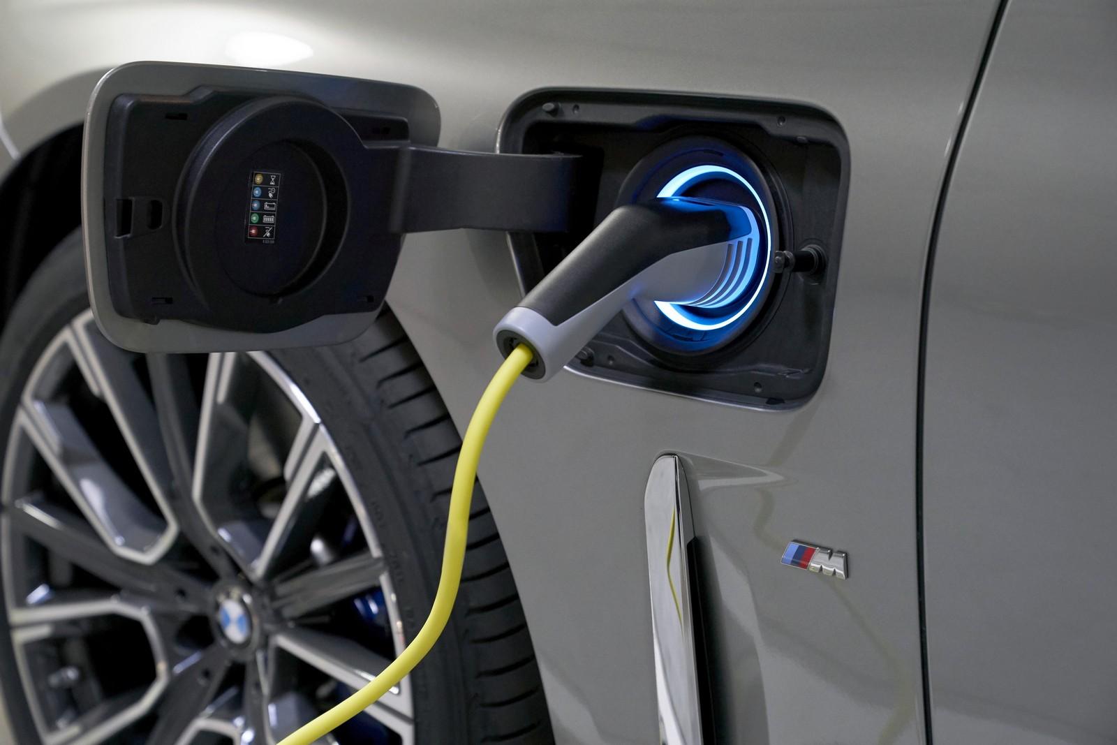 Η φόρτιση της plug-in υβριδικής 745e μπορεί να εξασφαλίσει περί τα 50 χλμ. αμιγώς ηλεκτρικής κίνησης.