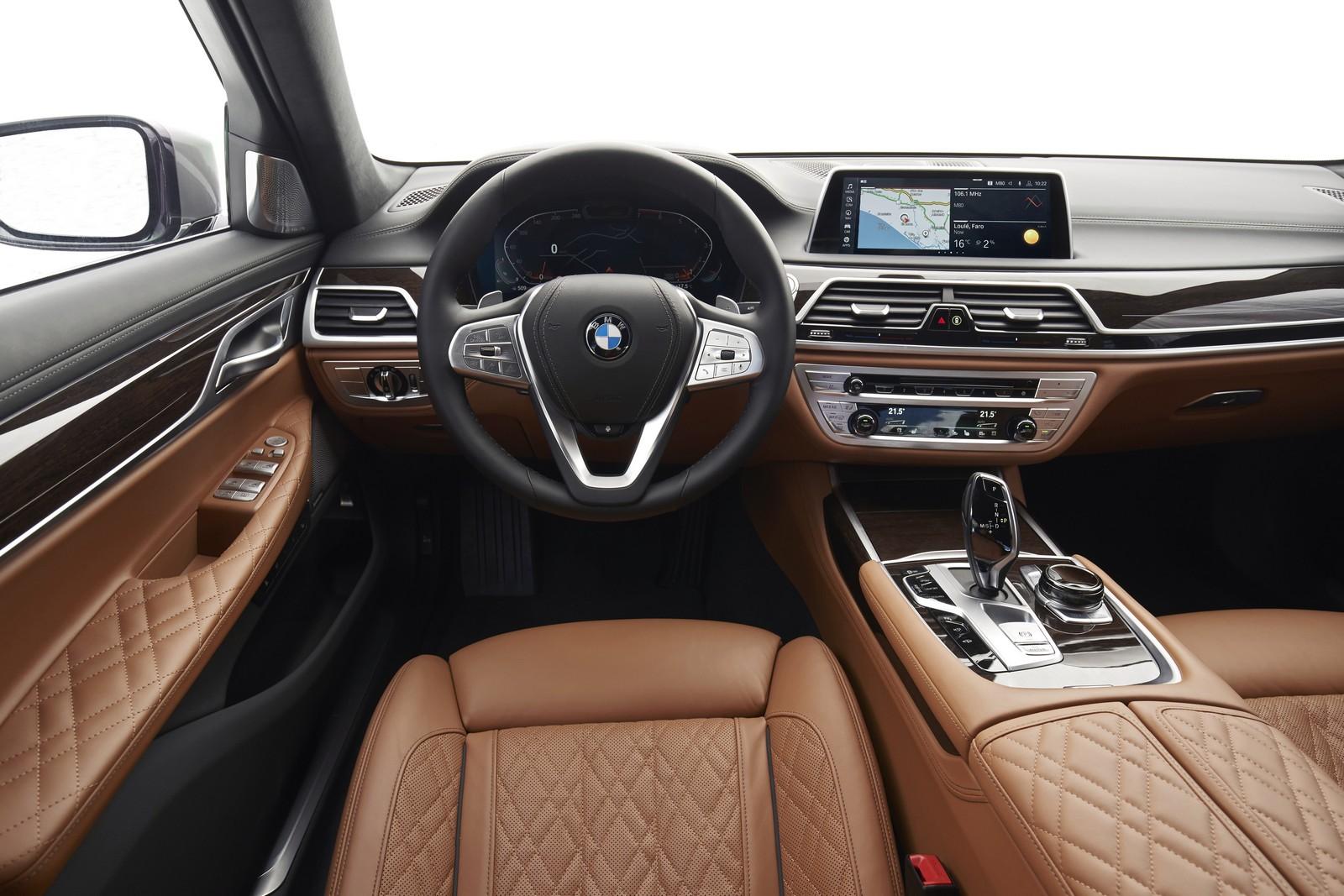 """Ψηφιακός πίνακας οργάνων, infotainment 10,25'' και νέα υλικά επένδυσης για την ανανεωμένη σειρά """"7"""" της BMW."""