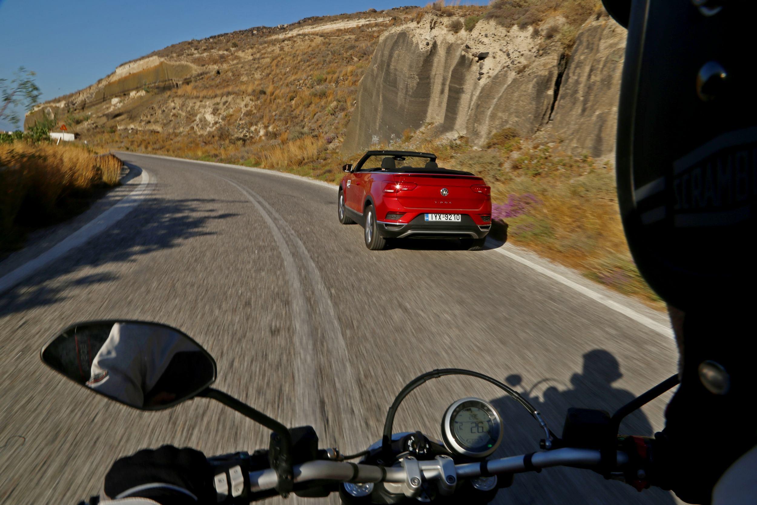 Στη Σαντορίνη με VW T-Roc Cabriolet και Ducati Scrambler