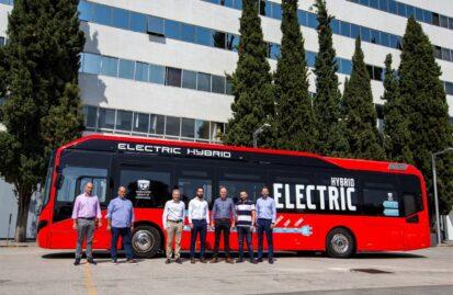 Ο Όμιλος Σαρακάκη παρέδωσε το πρώτο υβριδικό λεωφορείο για αστικές διαδρομές